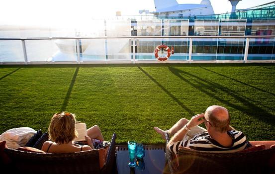 Crociere in Grecia con Celebrity Cruises . Un prato di erba vera ti aspetta…